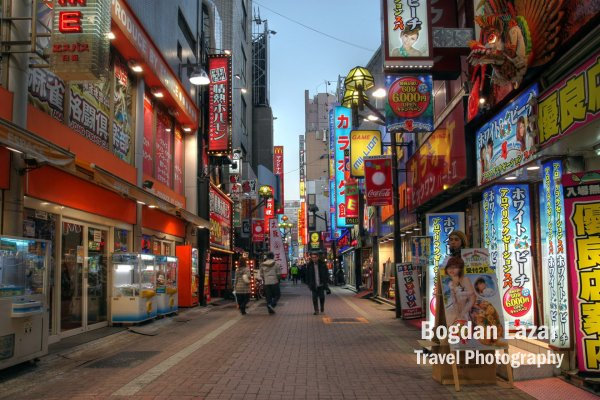 O stradă în cartierul Kabukicho din Shinjuku, Tokyo, Japonia